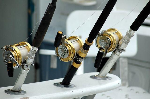 trois rouleaux avec cannes à pêche