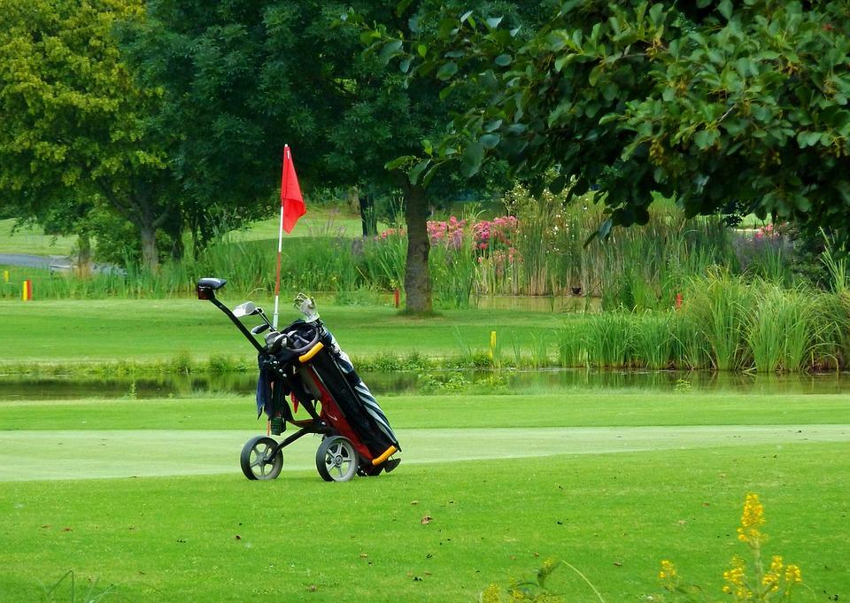 Top 5 des chariots de golf électriques qui transporteront vos clubs sur le parcours sans aucun inconvénient