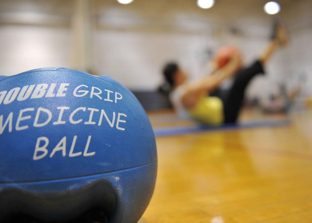 13 Exercices simples avec un ballon de médecine