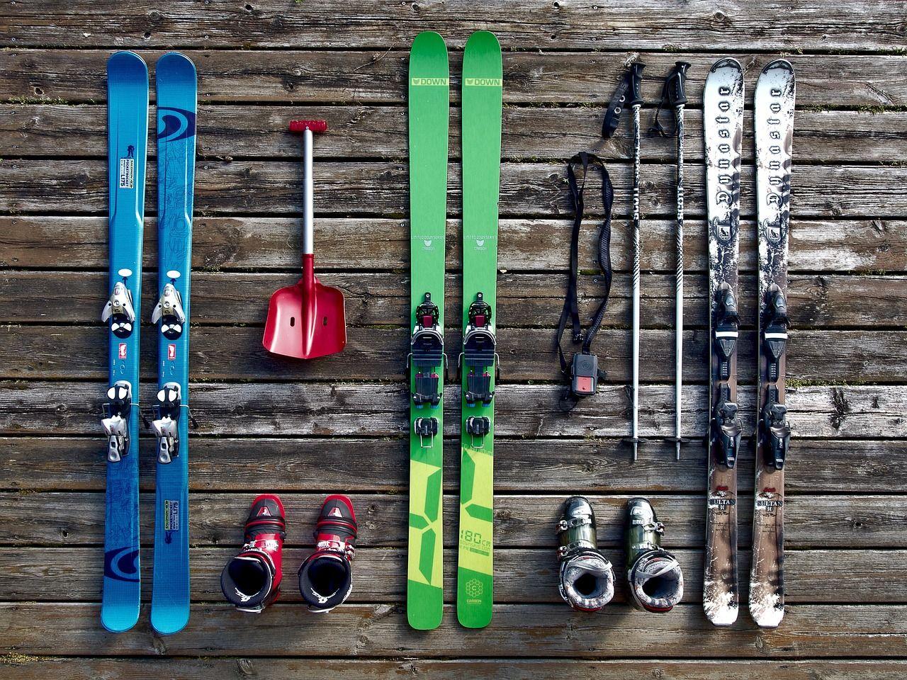 20 grandes marques de ski avec du matériel et des accessoires haut de gamme